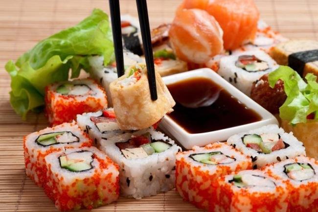 роллы и суши с соусом